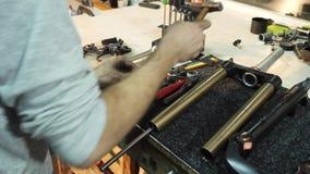 Der Mechaniker benutzt einen Hammer, um ein Fahrrad zu reparieren stock footage