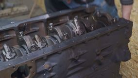Der Mechaniker, der Lkw-Motor repariert stock video