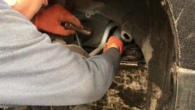 Der Mechaniker macht die Diagnose vom Auto in der Werkstatt stock video