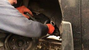 Der Mechaniker macht die Diagnose vom Auto in der Werkstatt stock video footage