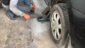 Der Mechaniker macht die Diagnose vom Auto in der Werkstatt stock footage
