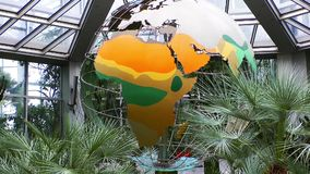 Der Mechaniker Metal World Sphere dreht sich in Frankfurt-Zoo stock footage