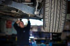 Der Mechaniker repariert das Auto stockfoto