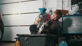 Der Mechaniker repariert die Maschine, überprüft die Qualität und die Reinheit stock video footage