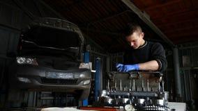 Der Mechaniker sammelt den Motor in STO stock footage