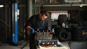 Der Mechaniker sammelt den Motor in STO stock video