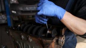 Der Mechaniker sammelt den Motor in STO stock video footage
