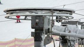 Der Mechanismus der Skiaufzugstation und -spannung auf dem Abfall von stock video footage
