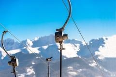 Der Mechanismus des Skiaufzugs, sichtbaren der Metallteile und der Seile auf welchen Fallstühlen in den Hintergrund Tatry-Bergen stockfotos