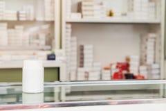Der Medizinkasten, der im Regal steht, dort sind Arzneischränke im Hintergrund ein junger Mann stockfotografie