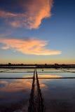 Der Meerblick auf Sonnenuntergangzeit ist auf dem Gebiet bunt Stockfotos