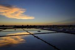 Der Meerblick auf Sonnenuntergangzeit ist auf dem Gebiet bunt Lizenzfreies Stockfoto