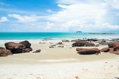 der Meersand Stein- und bulehimmel im schönen Wetter im Mittag setzen Zeit PET fest Stockfoto