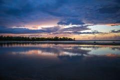 Der meiste bunte Sonnenuntergang nach schwerem Regensturm in Fidschi stockfotos