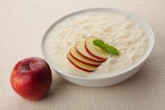 Der meiste köstliche Nachtisch, Reispudding mit Äpfeln Lizenzfreies Stockfoto