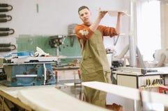 Der Meister arbeitet an einer Flachschleifmaschine lizenzfreies stockbild