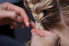 Der Meister der Friseur tut hairdress stockbild