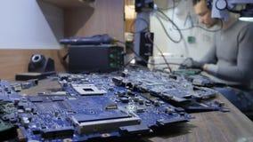 Der Meister repariert den Handy in dem Service-Center stock video