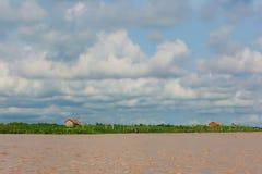 Der Mekong-Delta schlammiges riverand blauer Himmel Lizenzfreies Stockfoto