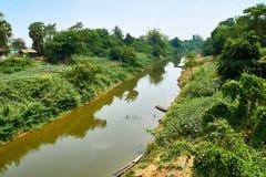 Der Mekong in Kratie, Nord-Kambodscha-Bäume auf Seite stockbild