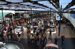 Der Mengenbesuch auf der Automobilausstellung Lizenzfreie Stockfotografie