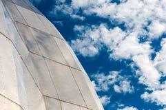 Der Metallbau mit blauem Himmel in Lizenzfreie Stockbilder