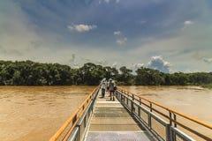 Der Metallgehweg von Pueto Iguazu in Richtung zu den Wasserfällen an Iquazu-Fällen lizenzfreie stockbilder