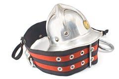 Der metallische Sturzhelm des alten Feuerwehrmannes mit Gurt Lizenzfreie Stockfotos