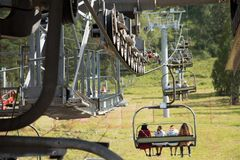 Der Metallskilift trägt Touristen zur Spitze des summe Lizenzfreies Stockbild