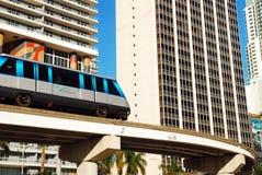 Der MetroMover wischt durch im Stadtzentrum gelegenes Miami Lizenzfreie Stockfotos