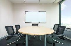 Der metting Raum haben hölzernen Schreibtisch und schwarze Stühle Büro meettin lizenzfreies stockfoto