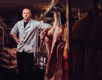 Der Metzger in einer Fleischfabrik Stockbilder