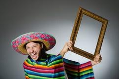Der mexikanische Mann mit Sombrero und Bilderrahmen Lizenzfreie Stockfotos