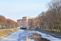 Der Mikhailovsky Schloss- und Moika-Fluss Stockfotografie