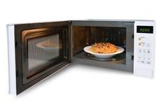 Der Mikrowellenherd ist warme Hühnerspaghettis Stockbild