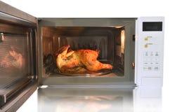 Der Mikrowellenherd ist warme Hühnerspaghettis Stockbilder