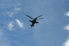 Der Militärhubschrauber im Himmel Lizenzfreies Stockfoto