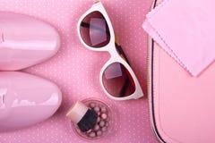 Der minimale Satz der Schönheiten Mode-Accessoires auf einem rosa Hintergrund Stockbild