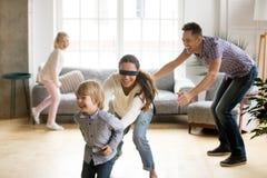 Der mit verbundenen Augen anziehender Sohn Mutter, der Verstecken mit famil spielt lizenzfreies stockbild