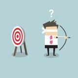 Der mit verbundenen Augen Geschäftsmann, der Pfeil und Bogen hält, suchen nach Ziel in der falschen Richtung lizenzfreie abbildung