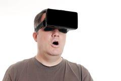 Der Mitte gealterte Mann, der Kopfhörer VR-virtueller Realität trägt, ist fassungslos Lizenzfreie Stockfotografie