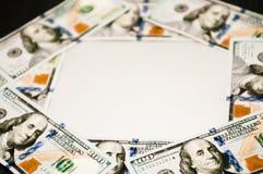 In der Mitte gibt es einen weißen Hintergrund, an den Rändern des Bargeldes von den Dollar lizenzfreie stockbilder