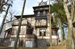 In der Mitte der Stadt ist ein schönes altes Haus lizenzfreie stockfotos