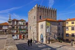 Der mittelalterliche Turm Dom Pedro Pitoes Streets Lizenzfreie Stockfotografie
