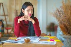 Der Modedesigner, der im Studio arbeitet Lizenzfreie Stockfotografie