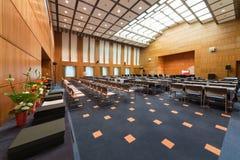 Der moderne Konferenzsaal mit Stühlen und Tabellen Lizenzfreie Stockfotos