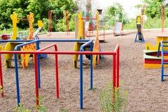 Der moderne Spielplatz des Kindes in den hellen Farben Stockfotografie