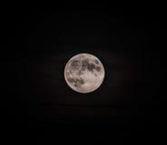 Der Mond… in einer bewölkten Nacht Stockfotografie