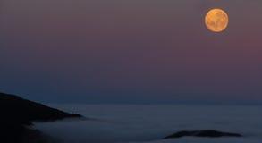 Der Mond über den Wolken Stockfotografie
