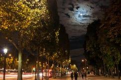 Der Mond über der Stadt Lizenzfreie Stockbilder